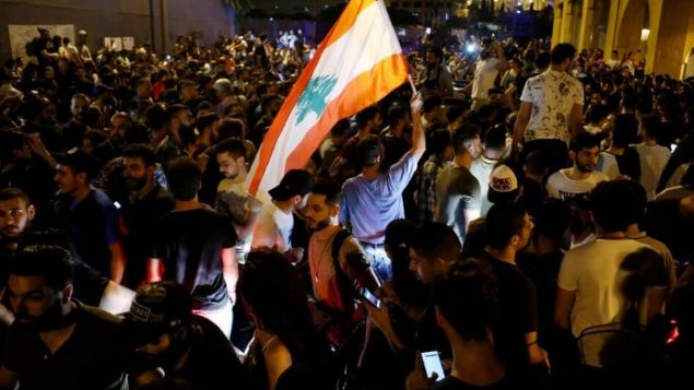 متظاهرون في وسط العاصمة اللبنانيّة بيروت/ Mohamed Azakir/ Reuters