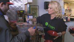 عارضة الأزياء والممثّلة الكنديّة باميلا أندرسون تشارك في حملة حزب الخضر الانتخابيّة في فانكوفر/Radio-Canada