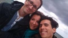 """السينمائيّة زهرا مكاوي تتوسّط الشاب السوري هاني مليّا ومصوّر الفيلم الوثائقي """" من خلال عيني""""/زهرا مكاوي"""