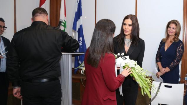 ستريدا جعجع عضوة مجلس النوّاب اللباني تتلقّى باقة من الزهر في قنصليّة لبنان العامّة في مونتريال في 08-10-2019/Nicolas Dib