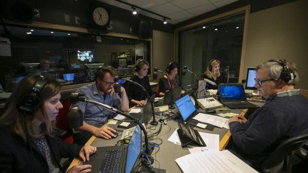 الفريق الإذاعي لهيئة الإذاعة الكندية أثناء تحضير ليلة الانتخاب - Radio Canada / Ivanoh Demers