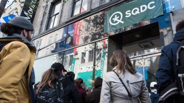 صفوف الانتظار أمام أحد محلّات مؤسّسة القنّب الكيبيكيّة في مونتريال/Martin Ouellet-Diotte/AFP/Getty Images