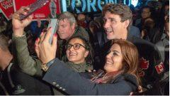 مناصرو الزعيم الليبرالي جوستان ترودو يلتقطون الصور معه خلال لقاء انتخابي في مدينة CPورونتو/Ryan Remiorz/
