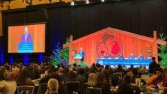 جون هورغان ، رئيس حكومة بريتيش كولومبيا يلقي الكلمة الافتتاحية في الاجتماع السنوي لقادة السكان الأصليين وأعضاء حكومة المقاطعة - Radio Canada / Tanya Fletcher
