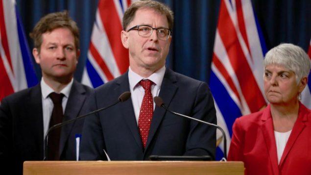 من اليمين: وزيرة الصحّة كارول جيمس ووزير المال أدريان ديكس ووزير التربية روب فليمينغ في حكومة بريتيش كولومبيا/Mike McArthur/Radio-Canada