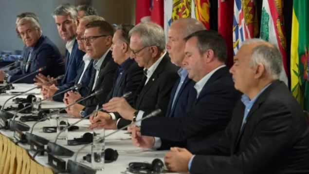 رؤساء حكومات المقاطعات والأقاليم الكندية يشاركون في مؤتمر صحفي في ختام أعمال مجلس الفدرالية في ساسكاتون في مقاطعة سسكتشوان في يونيو حزيران الماضي -  Jonathan Hayward / CP