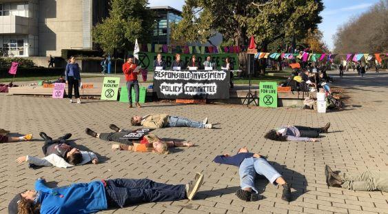 طلاب من جامعة بريتيش كولومبيا يحتجون على استثمارات جامعتهم في الطاقة الأحفورية - Radio Canada / Timothe Matte-Bergeron