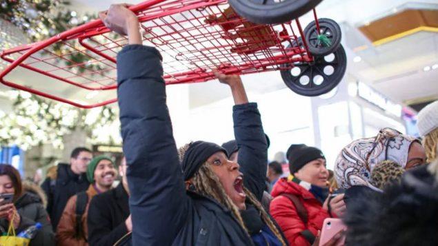 متسوّقون أمام أحد المتاجر في نيويورك في يوم الجمعة الأسود بلاك فرايداي/Kena Betancur/Getty Images