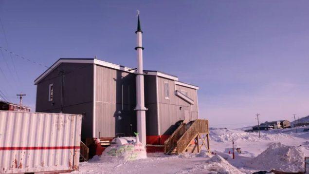مسجد ايكالويت الذي بنته جمعيّة زبيدة تلاب الخيريّة بالتعاون مع الجمعيّة الاسلاميّة في نونافوت/(John Van Dusen/CBC/Radio-Canada