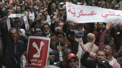 متظاهرون في الجزائر العاصمة رافضون للانتخابات الرئاسية - 22.11.2019- AP Photo / Toufik Doudou