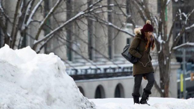 الثلوج انهمرت في وقت في 12 تشرين الثاني نوفمبر في العديد من أنحاء كندا/Justin Tang/CP