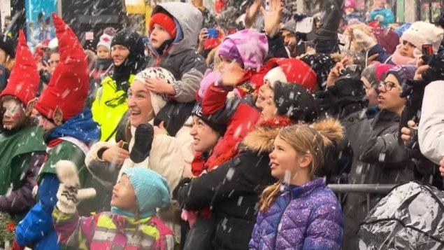 أطفال يشاركون في مسيرة بابا نويل في مونتريال عام 2018/CBC/Radio-Canada