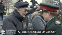 حاكمة كندا العامّة جولي باييت تصافح أحد قدامى المحاربين خلال المراسم التي تجري في يوم الذكرى في اوتاوا في 11-11-2019/CBC/هيئة الاذاعة الكنديّة