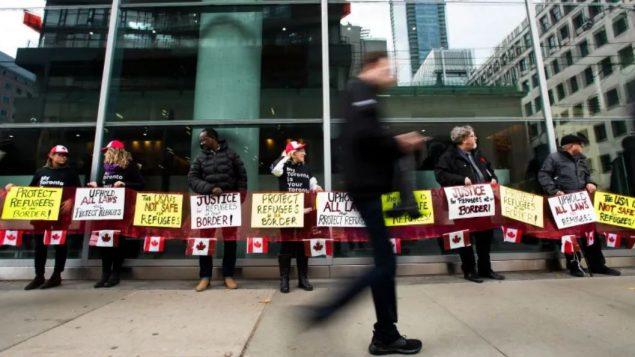متظاهرون أمام مقرّ المحكمة الفدراليّة في تورونتو دعما لطالبي اللجوءNathan Denette/PC