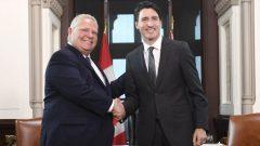 بالإضافة إلى دوغ فورد، ففي الأسابيع الاخيرة، التقى جوستان ترودو أيضًا مع رؤساء حكومات كلّ من سسكتشوان سكوت مو ، و مانيتوبا برايان باليستر ، و جزيرة الأمير إدوارد دينيس كينغ - The Canadian Press / Adrian Wyld