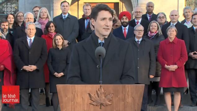 جوستان ترودو، رئيس الحكومة الكندية، وهو يقدّم أمس الأربعاء أعضاء حكومته الجديدة - Radio Canada