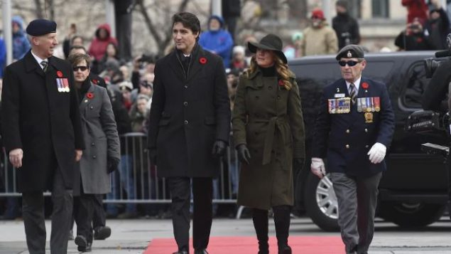رئيس الحكومة جوستان ترودو وزوجته صوفي غريغوار يصلان إلى هضبة البرلمان في أوتاوا في 11-11-2019/Adrian Wyld/CP