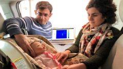 الطالبان هاجر عابدي ومصطفى علي زاده يجريان تجربة على سياج طفل داخل سيّارة/CourtoisieUWaterloo/George Shaker