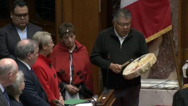 ممثّلون عن الأمم الأوائل أحيوا مراسم تقليديّة قبل تقديم مشروع القانون 41 أمام الجمعيّة التشريعيّة في بريتيش كولومبيا/BC Legislative Assembly