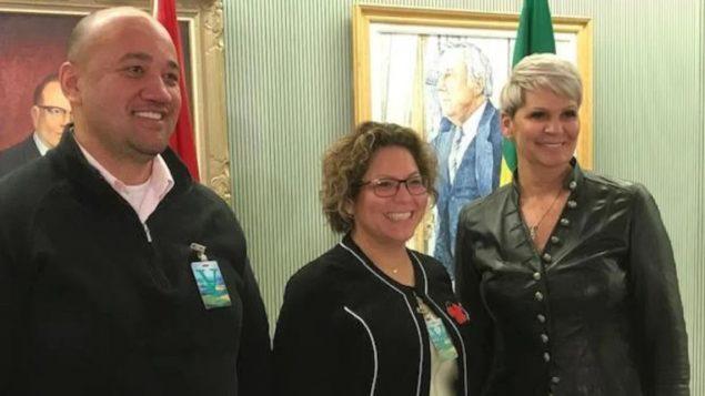 كريستين تيل (إلى اليمين) وزيرة مصلحة السجون والشرطة في حكومة سسكتشوان، واريكا بودوان مديرة الخدمات للسكّان الأصليّين المسجّلين في معاهدة ريجاينا، وستان تونوكوافيه أحد مؤسّسي أس تي آر 8/Rob Kurk/ Radio-Canada
