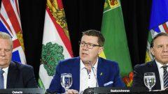 من اليمين إلى اليسار : فرانسوا لوغو رئيس حكومة كيبيك، سكوت مو (سسكتشوان) و دوغ فورط (أونتاريو) - The Canadian Press / Nathan Denette
