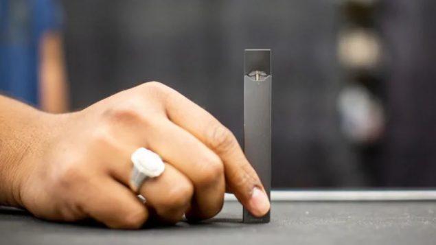 النكهات والمواد الكيمياويّة التي أُدخلت على السيجارة الالكترونيّة زادت من شعبيّتها/Ben Nelms/CBC