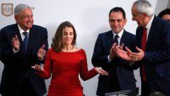 كريستيا فريلاند نائبة رئيس الحكومة الكنديّة والمسؤولون المكسيكيّون خلال التوقيع على اتّفاق نافتا في المكسيك في 10-12-2019/Marco Ugarte/AP