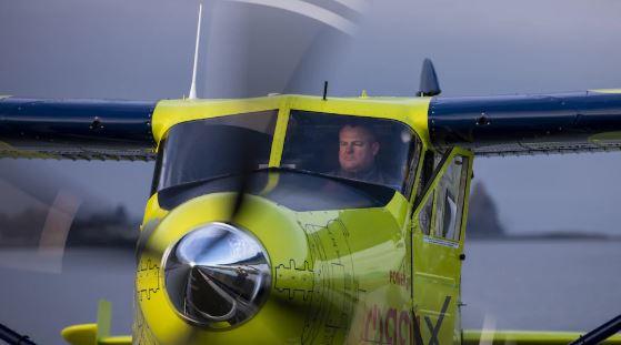 """انطلق غريغ ماكدوغل، مؤسس شركة """"هاربور اير"""" (Harbour Air) ورئيسها التنفيذي بمفرده على متن طائرة DHC-2 بيفر من صنع شركة دو هافيلاند كندا - Radio Canada / Ben Nelms"""