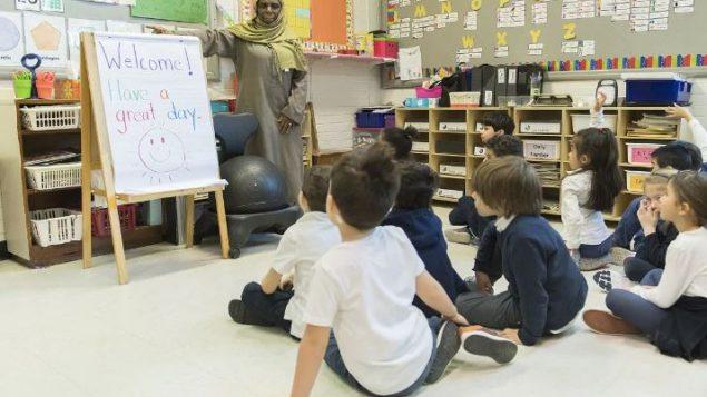 تقدمت المجموعة بطلب الوقف الفوري لتنفيذ اثنين من أكثر أقسام القانون إثارة للجدل، ولا سيما الإجراء الذي يمنع معلمي المدارس العامة من ارتداء الرموز الدينية كالحجاب الإسلامي - Graham Hughes / The Canadian Press