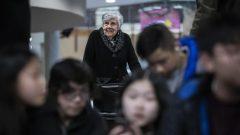 بعد وفاة والديها في أواخر ثلاثينيات القرن الماضي قبيل بداية الحرب العالمية الثانية ، غادرت إيرن راسل المدرسة لرعاية إخوتها - Radio Canada / Ben Nelms