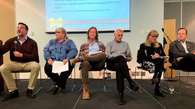 رئيس اتّحاد العمل في ألبرتا جيل ماكغوان (إلى اليسار) وعدد من ممثّلي النقابات العمّاليّة يتحدّثون خلال لقاء في ادمنتون في 02-12-2019/(Josee St-Onge/CBC