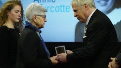 رئيس الجمعيّة الوطنيّة الكيبيكيّة منح ميداليّة الجمعيّة لأقارب ضحايا معهد بوليتكنيك/Sylvain Roy Rousell/Radio-Canada