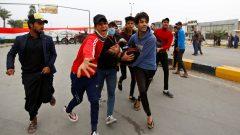 متظاهرون عراقيّون ينقلون جريحا أصيب في مظاهرة في النجف في 01-12-2019/Alaa Al-Marjani/Reuters