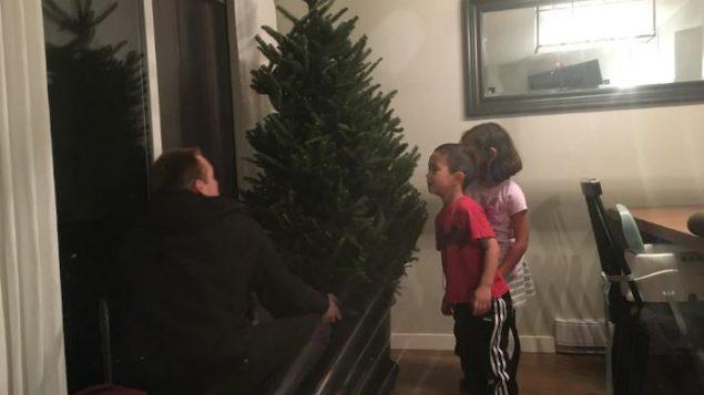 عائلة من ريتشموند في ضاحية فانوفر استأجرت شجرة ميلاد حيّة -  Radio Canada / Dominique Lévesque