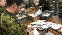 يتم إرسال جميع الرسائل إلى وحدة بريد القوات الكندية في قاعدة ترنتون العسكرية حيث يتم فرزها وإإرسالها إلى أعضاء البعثات العسكرية المختلفة في جميع أنحاء العالم - Radio Canada / Frederic Pepin