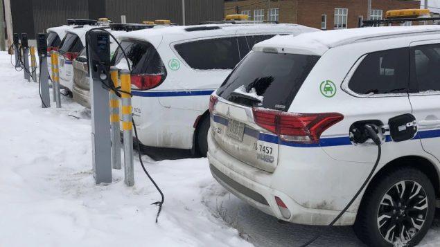 سيّارات كهربائيّة أمام نقاط شحن/Rémi Tremblay/Radio-Canada