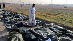 خبير الطبّ الشرعي يتفقّد موقع تحطّم الطائرة الأوكرانيّة في طهران/Ebrahim Noroozi/AP