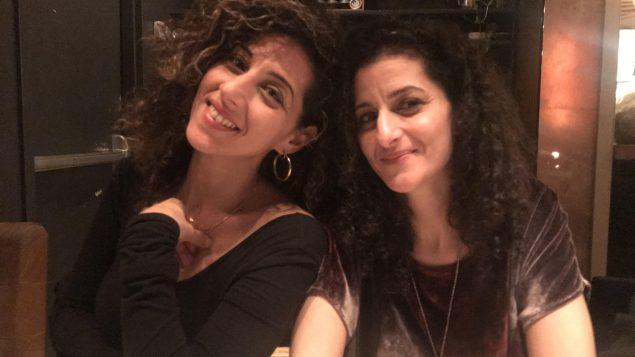 الصحفيّة المستقلّة كارولين شهيد (إلى اليسار) وشقيقتها جيني شهيد في تورونتو /كارولين شهيد