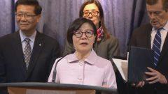 إيمي غو (في الوسط)، الرئيسة بالنيابة للمجلس الوطني للكنديين الصينيين والعدالة الإجتماعية خلال ندوة صحفية عقدتها أمس الأربعاء في تورونتو بحضور جون توري (إلى اليمين) عمدة تورونتو و الدكتور جوزيف وونغ (إلى اليسار) من نفس الجمعية – Radio Canada