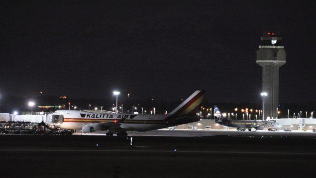 طائرة أمريكية تقلّ مواطنين ودبلوماسيين أمريكيين وهي متوقفة في مطار أنكوريج في ألاسكا آتية من ووهان في الصين 28.01.2020 - AP Photo / Michael Dinneen