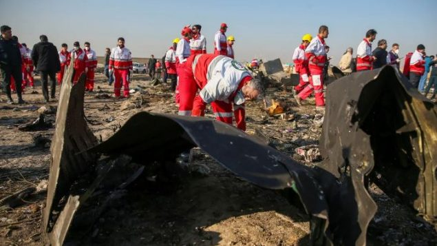 فريق من الهلال الأحمر الإيراني يتفقّد حطام الطائرة الأوكرانية اليوم الأربعاء في مدينة شاهدشهر في جنوب غرب العاصمة الإيرانية طهران - Nazanin Tabatabaee/WANA/Reuters