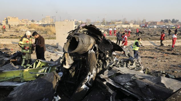 حطام الطائرة الأوكرانية التي سقطت قرب مدينة شاهدشهر في جنوب غرب العاصمة الإيرانية طهران بعد بضعة دقائق من إقلاعها - AP Photo / Ebrahim Noroozi