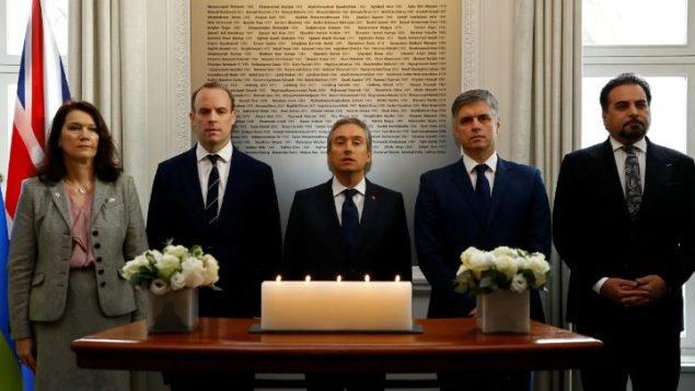 وزراء خارجية (من اليمين إلى اليسار : ) أفغنستان وأوكرانيا وكندا وبريطانيا والسويد يقفون دقيقة صمت ترحّما على أرواح ضحايا تحطّم طائرة الرحلة PS752 - لندن يوم 16/01/2020 - AP Photo / Frank Augstein