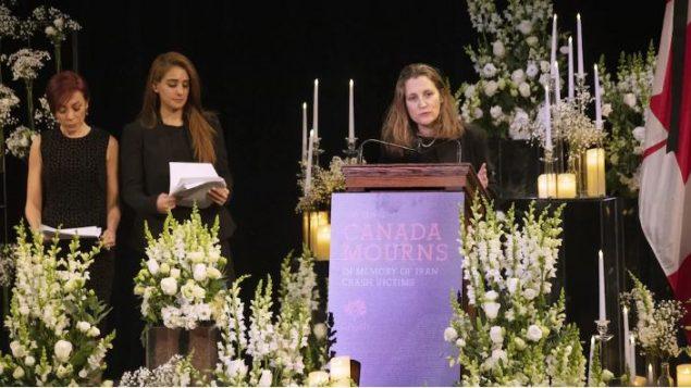 كريستيا فريلاند، نائبة رئيس الحكومة الكندية تحضر حفل تكريم ضحايا تحطّم الطائرة الأوكرانية في إيران في جامعة تورونتو – The Canadian Press / Chris Young