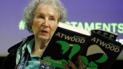 """تربّعت المؤلفة المقيمة في تورونتو على قوائم الكتب الأكثر مبيعًا العام الماضي بروايتها """"الوصايا"""" (The Testaments) - أرشيف - Photo : AP Photo / Alastair Grant / File"""
