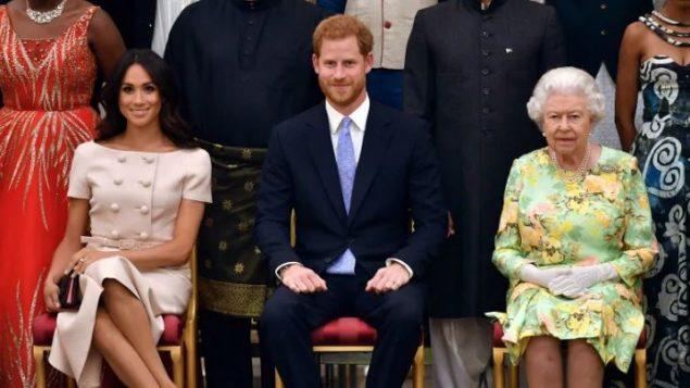 أذنت الملكة إليزابيث الثانية (إلى اليمين)، ملكة كندا، لدوق ودوقة ساسكس، الأمير هاري وزوجته ميغان ماركلبالإقامة في كندا بدوام جزئي - (أرشيف) - John Stillwell / The Associated Press