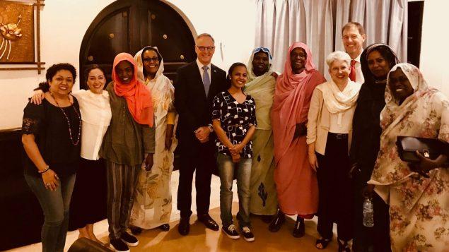 روب أوليفانت (وسط الصورة)، السكرتير البرلماني لوزير خارجية كندا يلتقي بنساء من المجتمع المدني السوداني - Twitter