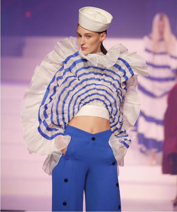 عارضة أزياء ارتدت أمس من الصيحات الأخيرة لغوتييه زيا يذكر بلياس أفراد البحرية/ASSOCIATED PRESS / FRANCOIS MORI