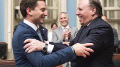 رئيس حكومة كيبيك فرانسوا لوغو (إلى اليمين) يصافح وزير الهجرة الكيبيكي سيمون جولان باريت (ارشيف)//Jacques Boissinot/CP