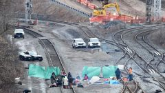 سكّان أصليّون وضعوا حاجزا على خط السكة الحديدية في هاميلتون في أونتاريو - The Canadian Press / Frank Gunn